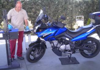 Inspeccionando motocicleta